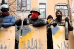 Príslušníci Sebaobrany majdanu zabezpečujú ochranu kancelárie spriazneného Ukrhazbanku. Zdroj: www.kp.ua