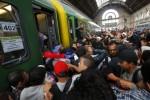 Migranti na budapeštianskej železničnej stanici Keleti. Zdroj: ibtimes.co.uk