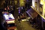 Záchranná služba v priestore pred parížskou reštauráciou zasiahnutom teroristickým útokom. Zdroj: BUSINESS INSIDER