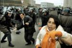 Baku – polícia rozháňa protest proti sfalšovaniu parlamentných volieb. Zdroj: http://www.icfj.org