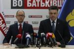 Arsenij Jaceňuk a jeho koaličný partner Oleh Ťahnybok. Zdroj: www.ipress.ua