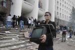 Obsadenie moldavského parlamentu sprevádzalo aj rabovanie. Zdroj: http://politicalmoldova.wordpress.com