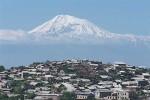 Arménska metropola Jerevan, v pozadí vrch Ararat. Zdroj: Britannica.com