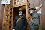 Demonštranti strážia obsadenú budovu orgánu štátnej správy. Zdroj: www.vesti.ua