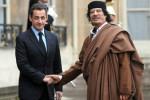 Francúzsky prezident Nicolas Sarkozy a líbyjský voda Muammar Kaddáfi. Zdroj: http://www.bloomberg.com