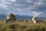 Kirgizsko, hrobky na ceste k priesmyku Tourgut. Zdroj: http://www.theorientalcaravan.com