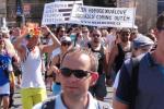 """Transparent organizácie ČEPEK na demonštrácii """"Prague Pride"""". Zdroj: www.nejenhomo.cz"""