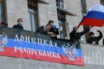 Aktivisti v budove Doneckej oblastnej administratívy vyvesujú symboly RF a združenia Donecká republika. Zdroj: www.unian.net