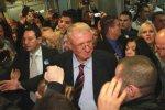 Vojislav Šešelj uprostred svojich priaznivcov po prílete do Belehradu. Zdroj: www.vesti-online.com