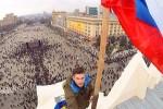 Proruský aktivista vešia ruskú vlajku na budovu Charkovskej oblastnej administrácie. Zdroj: www.segodnya.ua