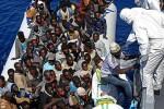 Africkí utečenci na lodiach prijímaní na európskom území. Zdroj: www.dailymail.co.uk