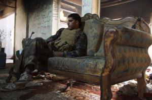 Bojovník Slobodnej sýrskej armády (FSA) na pohovke v meste Deir al-Zor. Zdroj: Hürriyet Daily News