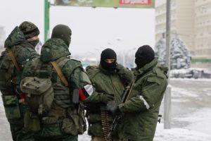 Príslušníci silových štruktúr hladkujúci v centre Luganska. Zdroj www.in.ua