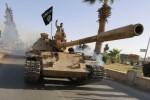 Príslušník ISIL na ukoristenom tanku. Zdroj: www.businessinsider.com
