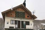 Vlajka ISIL-u na dome v Gornjej Maoči v Bosne. Zdroj: www.oslobodjenje.ba