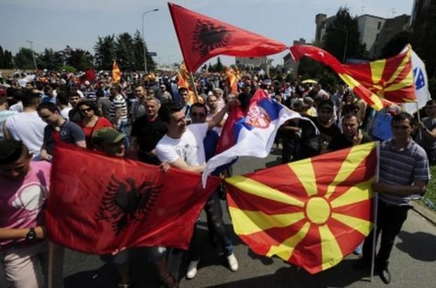 Demonštranti s vlajkami Albánska, Macedónska a Srbska. Zdroj: www.rts.rs