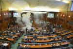 Zasadnutie parlamentu v Prištine narušilo použitie slzného plynu. Zdroj: www.voria.gr