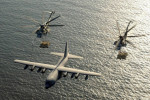 Adenský záliv, dve americké helikoptéry CH-53E Super Stallion tankujú zlietadla KC-130 Hercules. Zdroj: Picasaweb