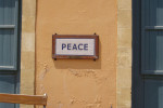 Mierový znak v uliciach rozdelenej metropoly Cypru Nicosia