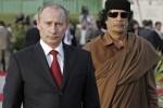 Ruský premiér Vladimir Putin s líbyjským lídrom Muammarom Kaddáfim. Zdroj: http://www.daylife.com