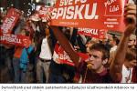 Demonštranti pred srbským parlamentom požadujúci účasť kosovských Albáncov na referende. Zdroj: www.setimes.com