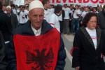 """Demonštrant za nezávislosť Kosova žiada aj """"Veľké Albánsko"""". Zdroj: http://www.kosovo.net"""