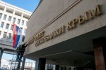 Robotníci menia nápis na krymskom autonómnom parlamente na: Štátna rada Krymskej republiky. Zdroj: www.vesti.ua